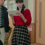 明日の約束8話衣装!新川優愛の赤ニット&黒チェックスカートが可愛い!ブランドはどこ?