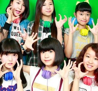 ことLittle Glee Monsterは、2014年にデビューした6人組ボーカルグループ。現在のメンバー は芹那、アサヒ、MAYU、かれん、manakaの5人組として活動しています。