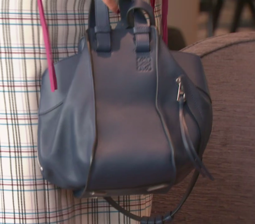 ピンクのコートにチェックスカート、青のバッグとトータルバランスはさすがです。